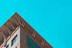 Hörn av en byggnad med fönster, nedersta sikt royaltyfria foton