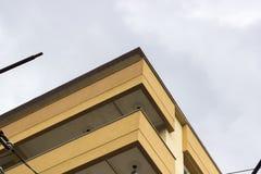 Hörn av modern förstärkt konkret byggnad arkivfoto