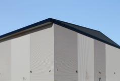 Hörn av modern industribyggnad Royaltyfri Bild