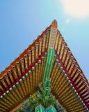 Hörn av taket av kinesisk byggnad: målat i ljusa färger royaltyfri foto