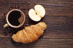 Hörnchen, Kaffee und Apfel Lizenzfreies Stockbild