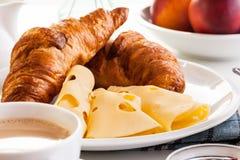 Hörnchen mit Käse, Früchten und Kaffee Stockfoto