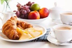 Hörnchen mit Käse, Früchten und Kaffee Lizenzfreie Stockfotos