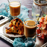 Hörnchen mit Schokolade und Kaffee auf dem Behälter Stockfotos