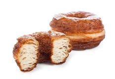 Hörnchen- und Donutmischung lokalisiert auf Weiß Lizenzfreies Stockbild