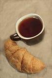 Hörnchen und eine Tasse Tee Stockfotografie