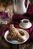 Hörnchen und Kaffee mit Kaffeetopf und -platte lizenzfreie stockfotos