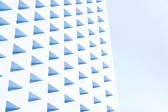 Hörnet av byggandet där är många trianglar Arkivbild