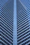 hörnexponeringsglas inom det windowed kontorstornet Royaltyfri Bild