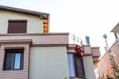Hörnfors från gammal byggnad - fönster och turkisk flagga royaltyfri fotografi