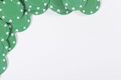Hörngräns av gröna kasinochiper Arkivfoto