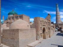 Hörnsikt av den gamla staden av Khiva Kupoler, minaret och moskéer under perfekt blå himmel Royaltyfri Bild