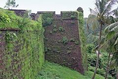 Hörnvägg av det Reis Magos fortet i Goa arkivbilder