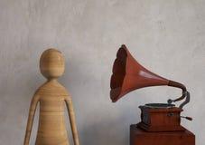 Hört Musik von einem alten Retro- angeredeten Grammophon Wiedergabe 3d Stockbild