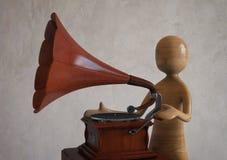Hört Musik von einem alten Retro- angeredeten Grammophon Wiedergabe 3d Stockfotografie