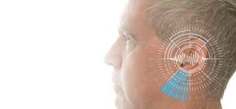 Hörtest, der Ohr des älteren Mannes mit Schallwellesimulationstechnik zeigt lizenzfreies stockbild