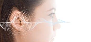 Hörtest, der Ohr der jungen Frau mit Schallwellesimulationstechnik zeigt lizenzfreie stockfotografie