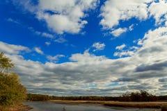 Höst aftonlandskap nära sjön Förbluffa Autumn& x27; s-aftonhimmel Arkivfoton