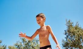 höst bak pojkekamerakyrka honom looksträn Fotografering för Bildbyråer