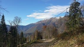 Höst i bergen, dekorkade maxima och molnen Arkivbild