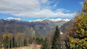 Höst i de Kaukasus bergen, snö på maxima, gula träd Royaltyfria Foton