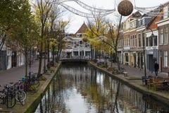Höst i den gamla staden av delftfajans Nederländerna royaltyfri bild