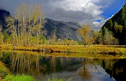 Höst i den Yosemite nationalparken, sjön och berg, färgrik skog royaltyfria foton