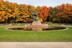 Höst i kungliga Lazienki trädgårdar i Warszawa Royaltyfria Bilder