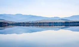 Höst i Liptovska Mara Liptovska sjön med låg Tatras bergskedja royaltyfria foton