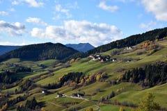 Höst i Tirol, fjällängar, nära Dolomiten, stad Santa Magdalena, Italien Arkivbilder
