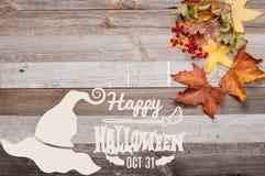 Höst lyckliga halloween Nedgångsidor på träbakgrund Royaltyfri Fotografi