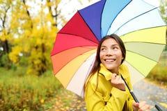 Höst/nedgång - kvinna som är lycklig med paraplyet i regn Royaltyfri Bild