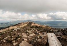 Höst på den Kruhly Wierch kullen i Polonina Carynska i höstBieszczady berg i Polen Royaltyfri Fotografi