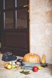 Höst på ingång Pumpa och grönsaker framme av dörren Royaltyfri Bild
