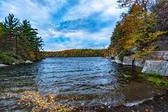 Höst på sjön Minnewaska royaltyfri bild