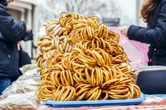 Höst Sale av baglar, får i gatan arkivfoton