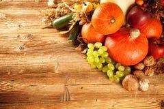 Höst skördad frukt och grönsak på trä Royaltyfria Foton