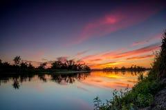 Höst soluppgång på floden Arkivfoto