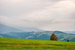Höstack på härlig sommarplatå i Carpathian berg arkivfoto