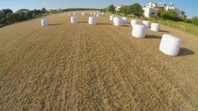 Höstack som packas försiktigt, når att ha skördat aktionen på lantgårdfältet, flyg- sikt arkivfilmer