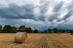 Höstackar på fältet för stormen royaltyfria foton