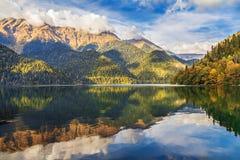 Höstafton på bergsjön Ritsa Abchazien royaltyfri foto