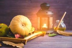 höstbakgrundscloseupen colors orange red för murgrönaleaf , Lämnar pumpa plädäpplen på en träbakgrund arkivbild