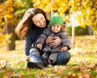 höstbarngyckel som har kvinnan Royaltyfri Foto