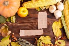 Höstbegrepp av grönsaksikten från ovannämnt på en påse och en brun trätabell Begreppsmässigt skörddiagram med olika grönsaker på  royaltyfri fotografi