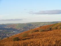 Höstberglandskap överst av det Caerphilly berget som ut ser royaltyfri foto