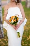 Höstbröllopbukett i brudens händer Arkivbilder