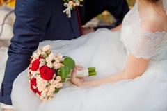 Höstbröllopbukett i händer Royaltyfri Foto