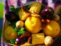 Höstbuketten av nya frukter, grönsaker som begrepp av ackumulerar vitaminer för vintern royaltyfri fotografi