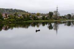 Höstby på flodbanken royaltyfri fotografi